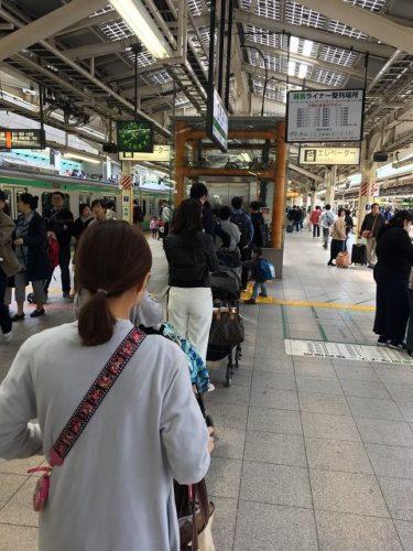 スーパービュー踊り子号の駅ホームの混雑