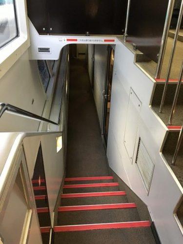 スーパービュー踊り子号のグリーン車 個室への階段