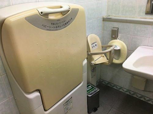どまんなかたぬま外のトイレおむつ替え台、子供用便座