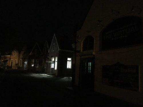 ハウステンボス園内 夜のコインランドリー外観